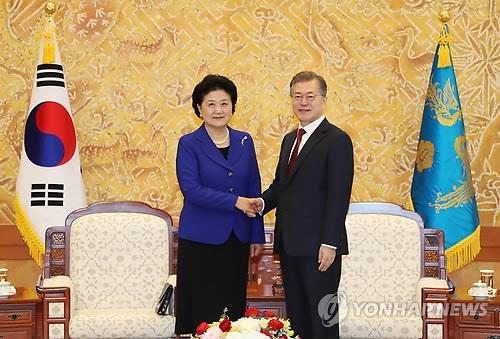 2月26日上午,在青瓦台,总统文在寅(右)会见到访的中国国务院副总理刘延东,并握手合影。 (韩联社)