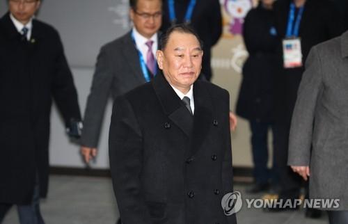 2月25日下午,在平昌郡珍富站,刚出席冬奥闭幕式的金英哲等朝鲜官方方高级别代表团官员准备乘奥运高铁返回首尔。(韩联社)