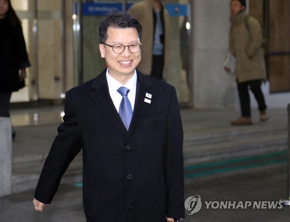 2月27日,在首尔钟路区统一部南北会谈本部,韩国统一部交流合作局局长李柱泰准备乘车前往板门店。(韩联社)