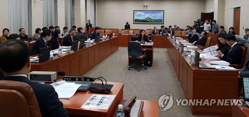 2月27日,韩国国会环境劳动委员会召开全体会议,通过了《工作基准法》修订案。(韩联社)