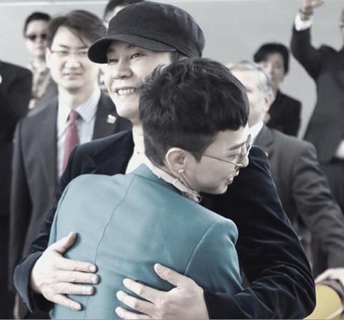 YG代表梁铉锡(右)和歌手G-DRAGON合影(梁铉锡Instagram截图)