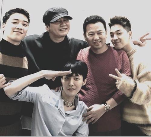 图为BIGBANG成员胜利(左起)、梁铉锡、G-DRAGON、蓝鼎集团董事长仰智慧、太阳。(胜利Instagram截图)