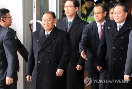 2月27日上午,在首尔华克山庄酒店,朝鲜劳动党中央委员会副委员长金英哲率领的朝鲜高级别代表团启程返回朝鲜。(韩联社)