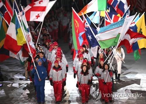 平昌冬奥参赛国旗入场。(韩联社)