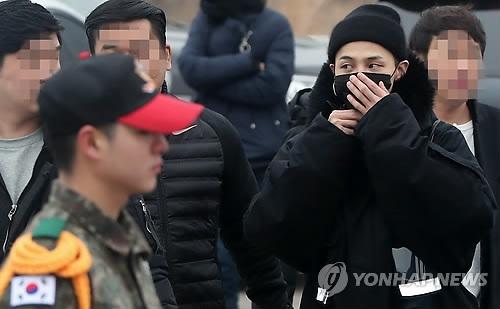 2月27日,在韩军第三步兵师新兵营,G-DRAGON成为一名军人。(韩联社)