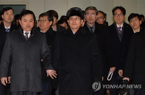 资料图片:1月25日上午,由朝鲜体育省副局长尹勇福(中)率领的朝鲜冬奥先遣队一行8人由陆路南下抵韩。(韩联社/联合摄影采访团)
