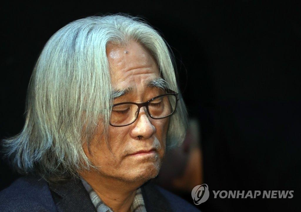 资料图片:话剧名导李润泽(韩联社)