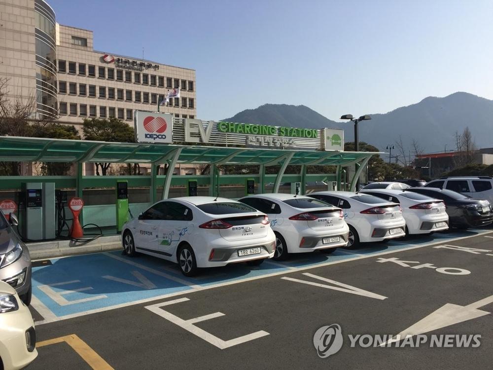 资料图片:电动汽车充换电站(韩联社)