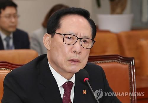 2月28日,在韩国国会,宋永武答议员问。(韩联社)