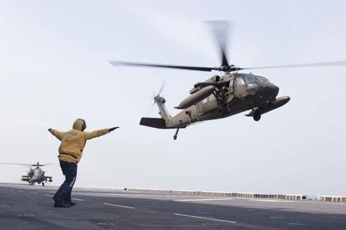 驻韩美军直升机在韩登陆舰进行起降演习