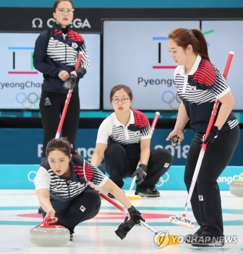 资料图片:2月12日下午,在江陵冰壶中心,韩国冰壶女队正在练习。(韩联社)