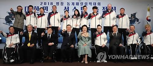 3月2日下午,在世宗文化会馆,文在寅(前排左四)与韩国高山滑雪残奥队合影。(韩联社)