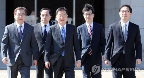 3月5日下午,在首尔机场,韩国总统特使团成员准备乘机飞往朝鲜。(韩联社)