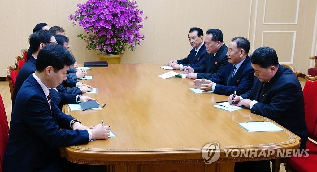 3月5日下午,在朝鲜平壤,青瓦台国家安保室室长郑义溶率领的韩国总统特使团(左排)与朝鲜劳动党中央委员会副委员长金英哲一行交谈。(韩联社/青瓦台提供)