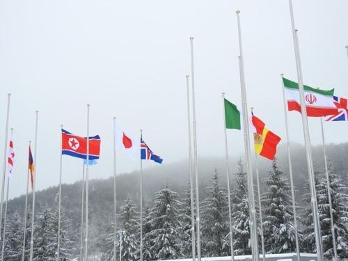 平昌运动员村国旗广场上空,朝鲜人共旗和各国国旗迎风飘扬。(韩联社)