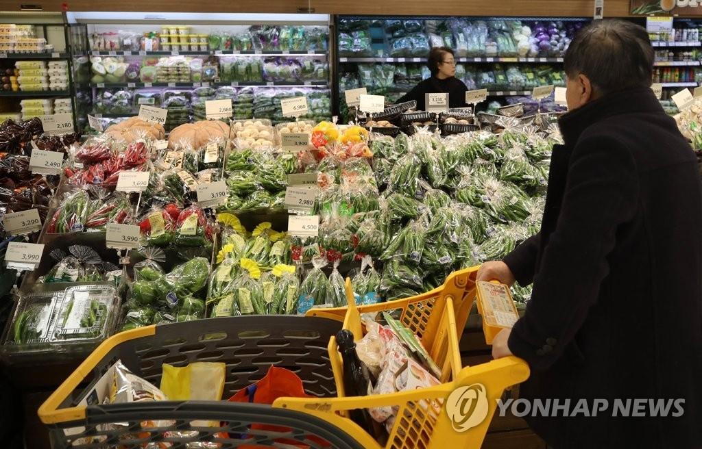 资料图片:图为首尔一家大型超市蔬菜柜台。(韩联社)