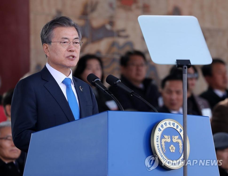 3月6日下午,在首尔泰陵陆军士官学校,韩国总统文在寅在毕业典礼和授衔仪式上致辞。(韩联社)
