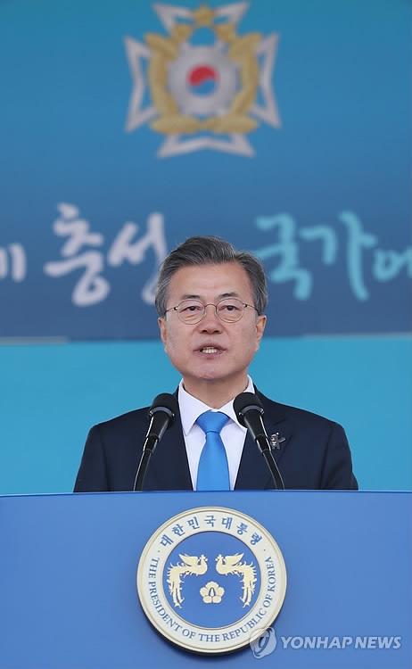 3月6日下午,在首尔泰陵陆军士官学校,文在寅在第74届毕业典礼和授衔仪式上致辞。(韩联社
