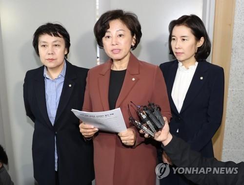 3月6日,在国会议员会馆,共同民主党性暴力对策小组委员长南仁顺(中)对安熙正性侵案发表立场。(韩联社)
