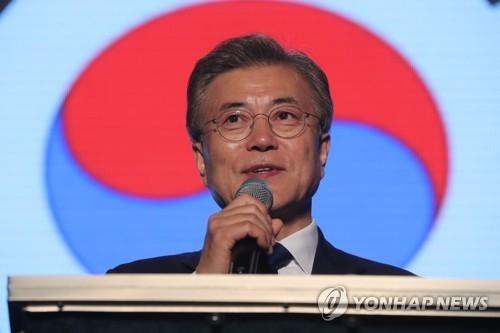 资料图片:5月9日晚,在首尔世宗路公园,新当选总统文在寅出席有关大选开票的一档节目并进行发言。(韩联社)