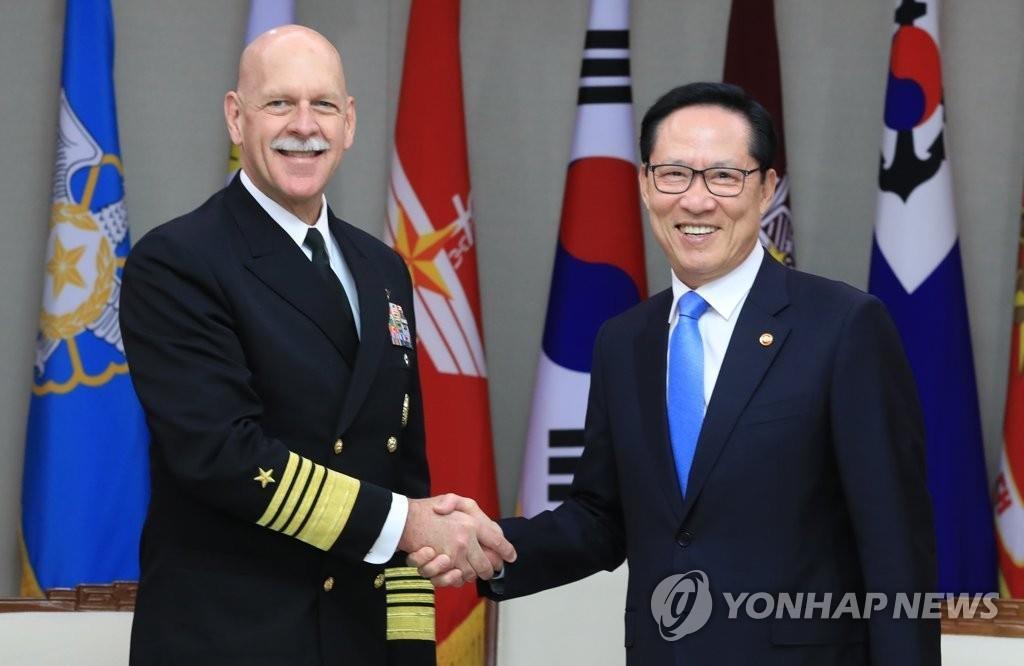 3月8日,在韩国国防部大楼,韩国防长宋永武(右)会见美国太平洋舰队司令史威孚特。(韩联社)