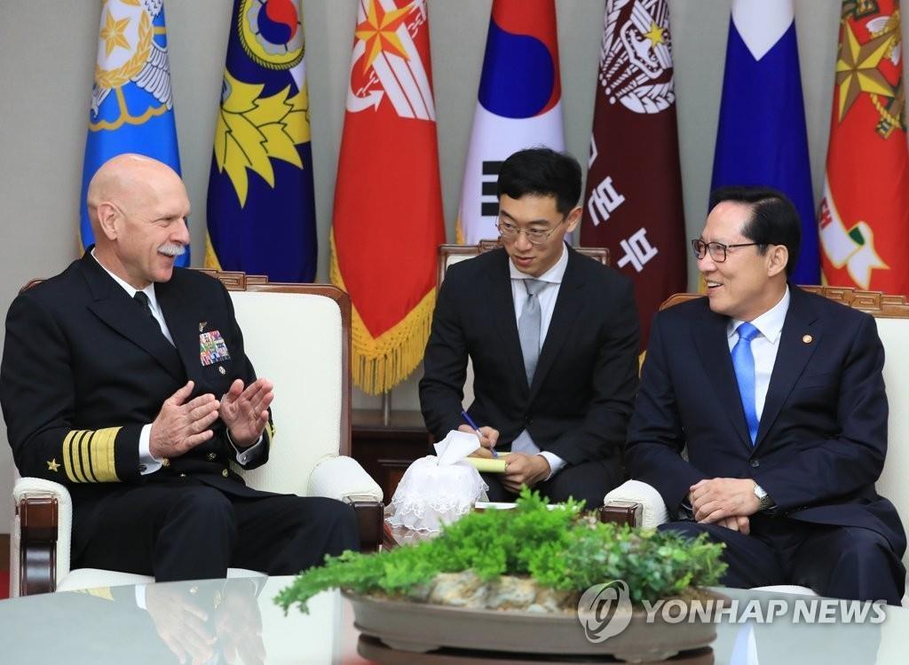 3月8日,在国防部大楼,韩国防长宋永武(右)会见美国太平洋舰队司令史威孚特(左)。(韩联社)