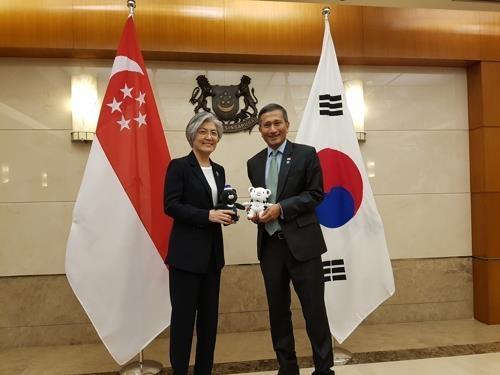 当地时间3月8日上午,在新加坡,韩国外长康京和(左)与新加坡外长维文举行会谈。(韩联社)