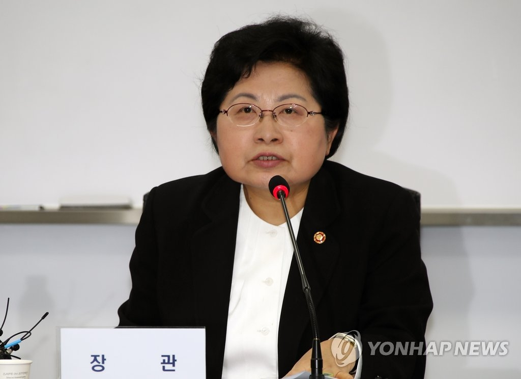 3月8日上午,在中央政府首尔办公楼,韩国女性家族部部长郑铉栢在根治性犯罪协商会议上发言。(韩联社)