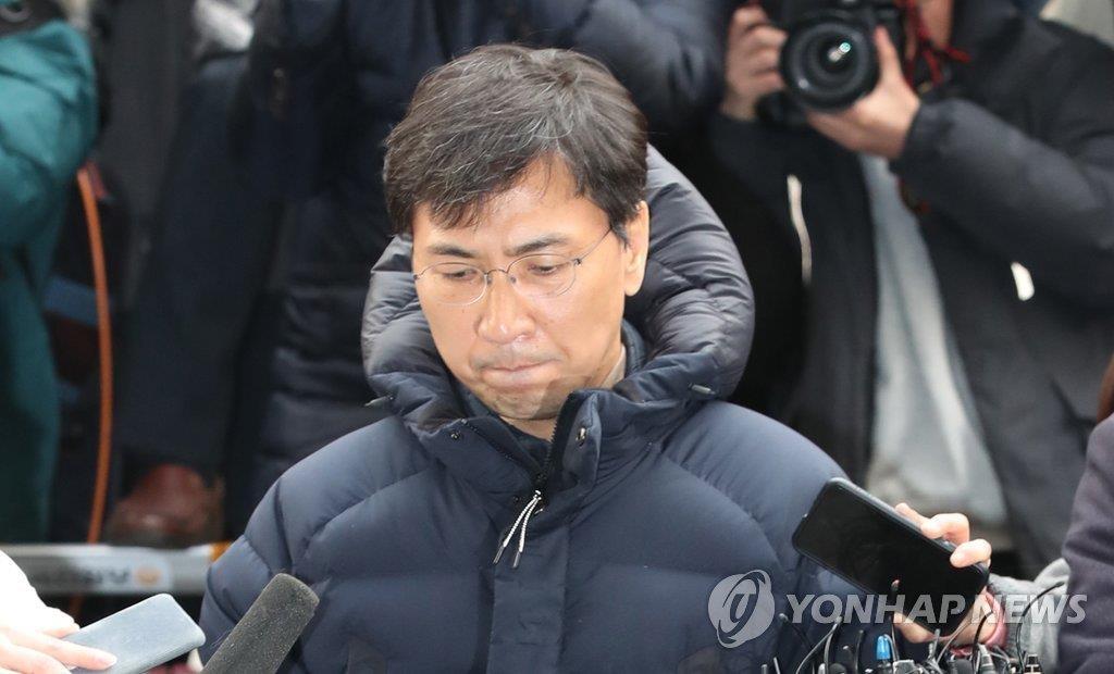 安熙正到案接受检方调查。(韩联社)