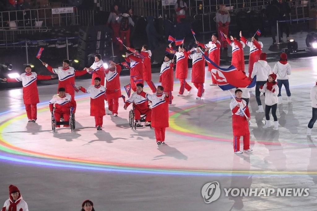 3月9日,在平昌奥林匹克体育场举行的2018平昌冬残奥会上,朝鲜代表团正在入场。(韩联社)