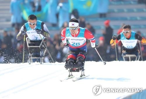 3月11日,在江原道平昌郡冬季两项中心,申义贤在奋力滑雪。(韩联社)