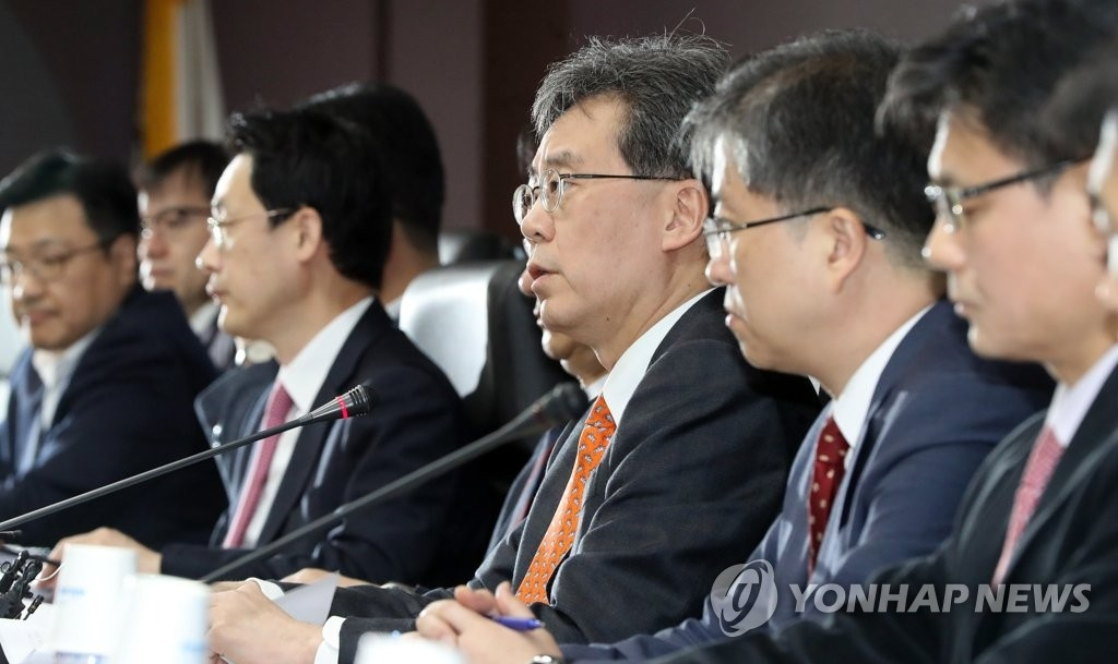 资料图片:1月23日,在首尔贸易保险公社,韩国产业通商资源部通商交涉本部长金铉宗(右三)主持官民对策会议上发言。(韩联社)