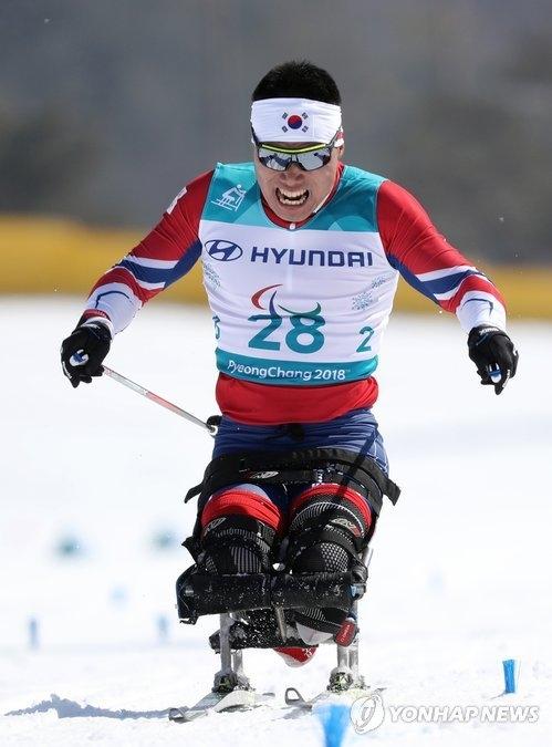 3月11日,在江原道平昌郡冬季两项中心,申义贤滑过越野滑雪男子15公里比赛的终点。(韩联社)