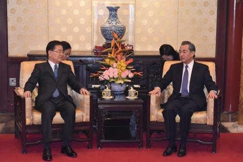 韩总统特使郑义溶与中国外长王毅举行晚餐会