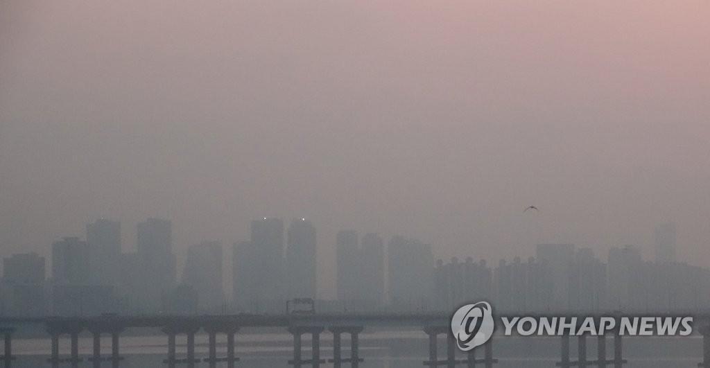 资料图片:遭遇雾霾的首尔(韩联社)