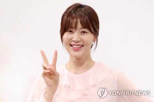 3月14日下午,在首尔江南区的皇宫酒店,演员韩智慧出席KBS第二频道新周末剧《一起生活吧》定档发布会。(韩联社)