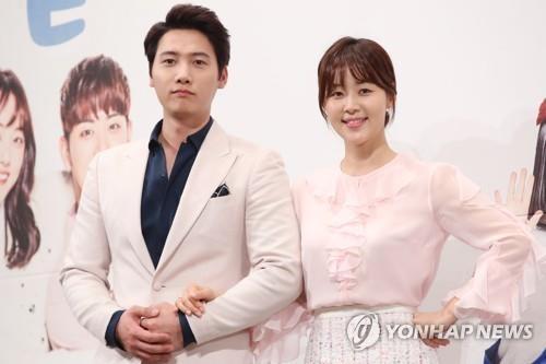 3月14日下午,在首尔江南区的皇宫酒店,演员韩智慧(右)和李尚禹出席KBS第二频道新周末剧《一起生活吧》定档发布会。(韩联社)