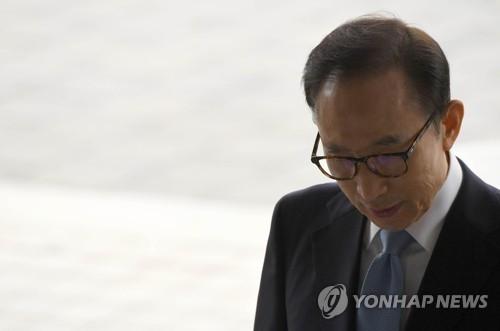 3月14日上午,在首尔市中央地方检察厅,涉嫌受贿、侵吞、逃税的韩国前总统李明博以嫌疑人身份到案接受检方调查。(韩联社/韩媒联合采访团)