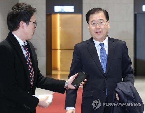 3月15日,在仁川国际机场,郑义溶(右)答记者问。(韩联社)