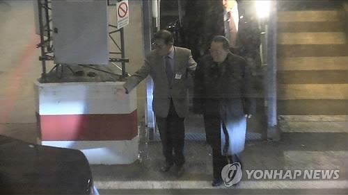 瑞典时间3月15日,在斯德哥尔摩机场,李勇浩绕开在正门蹲点的记者们,径直走向专车,准备乘车前往瑞典外交部。(韩联社)