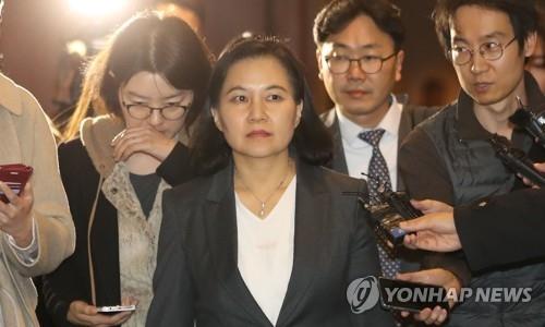 资料图片:1月31日,在首尔,俞明希(居中)在韩美修改自贸协定的第二轮谈判结束后走出会场。(韩联社)