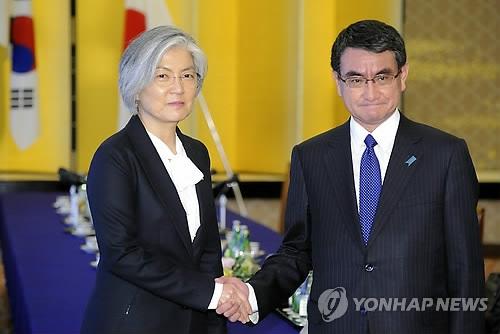 资料图片:韩国外交部长官康京和(左)与日本外务大臣河野太郎(韩联社)