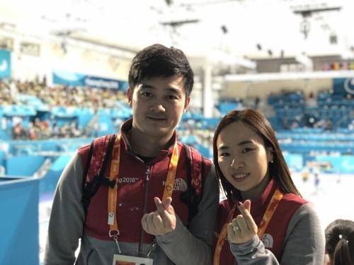 结下韩中冰壶情缘的金智善(右)和徐晓明(韩联社)