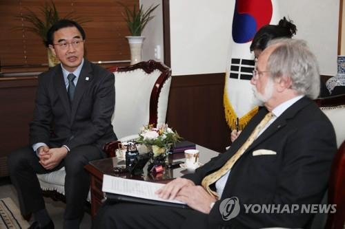 3月16日上午,在首尔,赵明均与赖特里交谈。(韩联社)