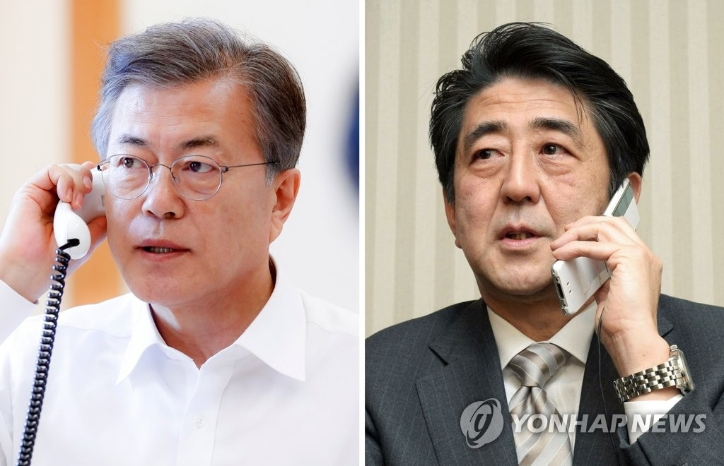 左为韩国总统文在寅,右为日本首相安倍晋三。(韩联社)