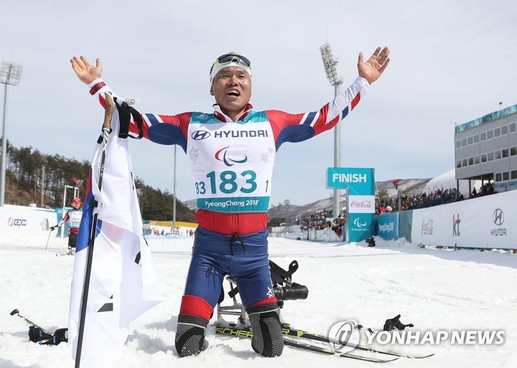 申义贤在摘得金牌后欢呼。(韩联社)