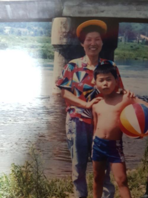 资料图片:这是申义贤儿时照,左为申义贤的母亲。(韩联社/申义贤母亲提供)