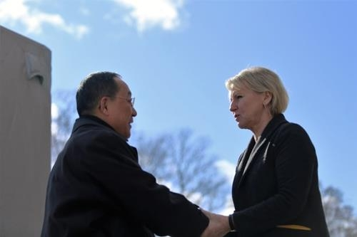 朝鲜外相李勇浩(左)与瑞典外长瓦尔斯特伦会面。(韩联社/瑞典外交部提供)