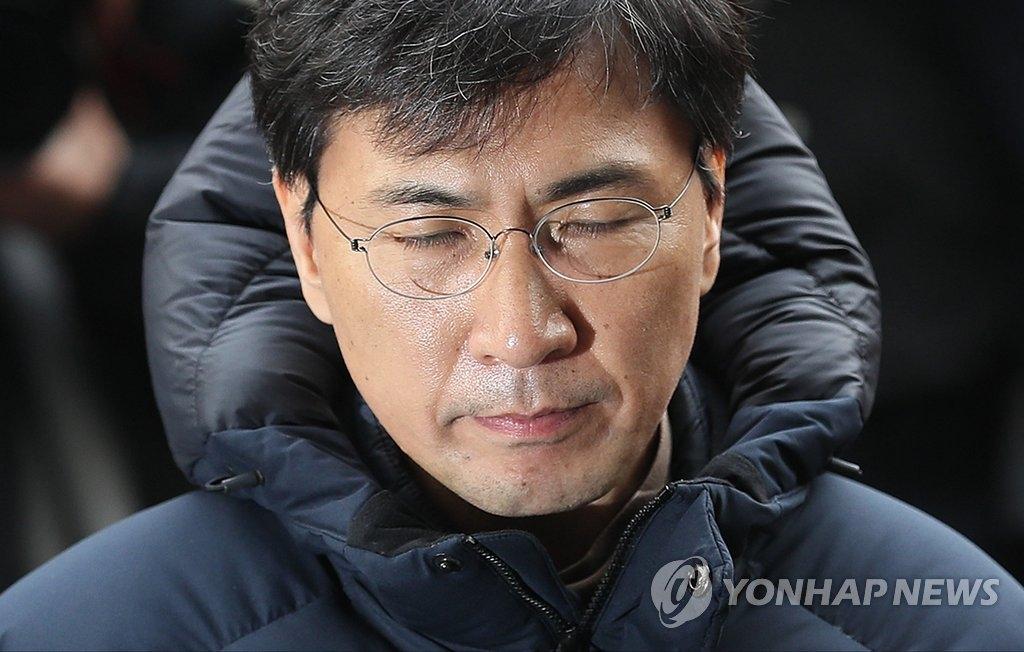 资料图片:3月9日,前忠清南道知事安熙正到案受讯。(韩联社)