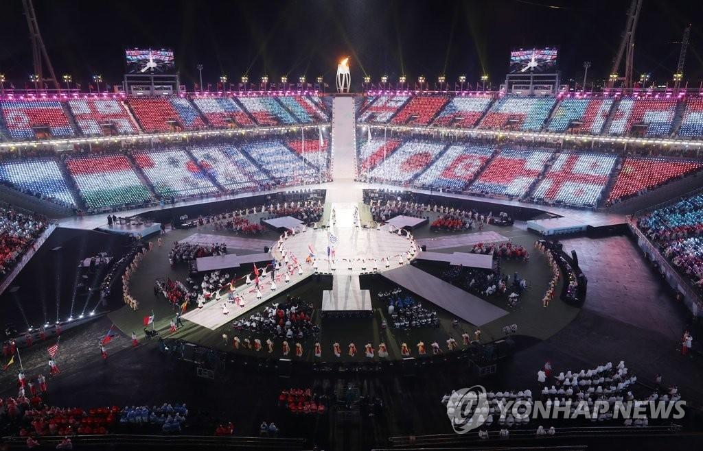 3月18日晚,在平昌奥林匹克体育场举行的2018平昌冬残奥会闭幕式上,参赛国的旗手团正在入场。(韩联社)